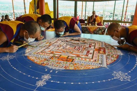 monks-working-on-mandala